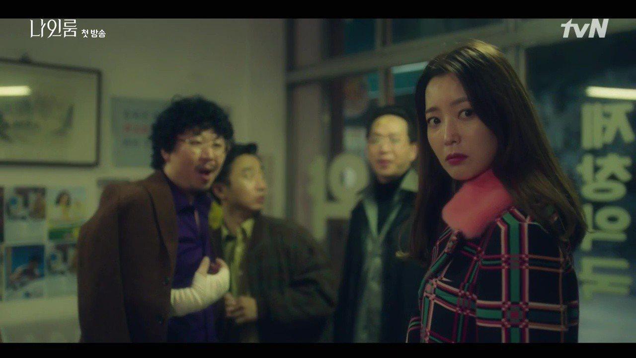 金喜善在tvN《九號房間》中身穿FENDI早秋桃紅皮草領的奢華格紋大衣。圖/取自...