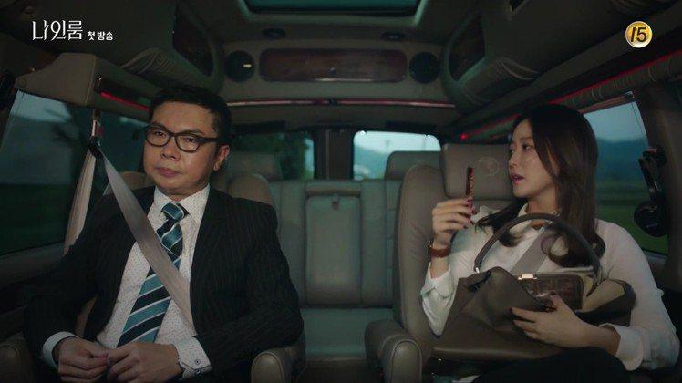 金喜善在tvN《九號房間》選用FENDI 2018秋冬新款Peekaboo X-...
