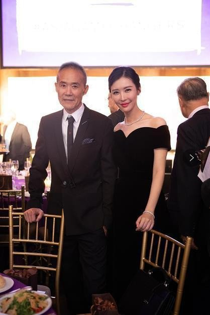 王石(左)認證了女友田樸君。圖/摘自微博