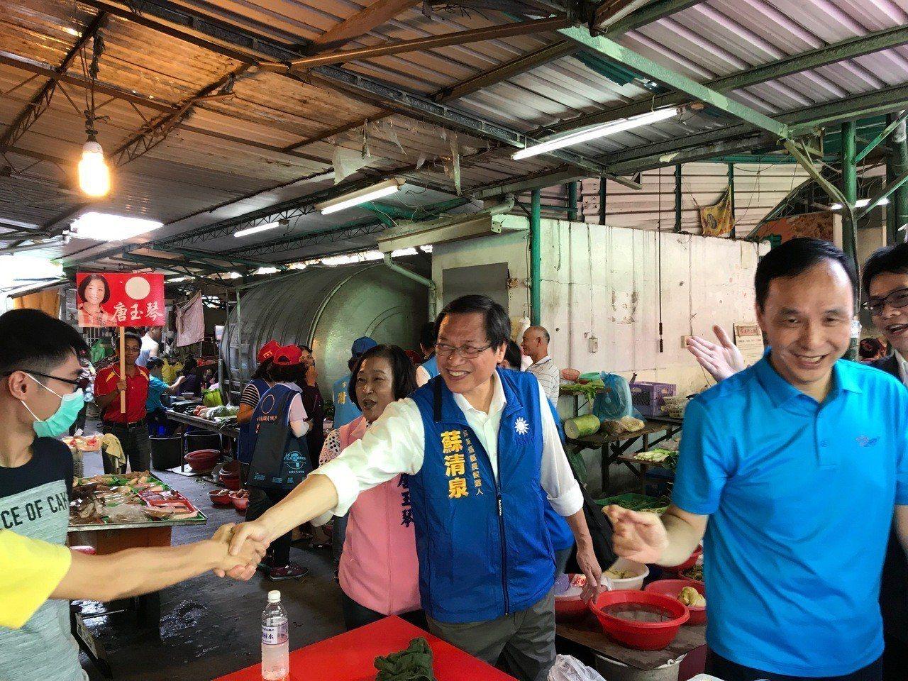 蘇清泉(中)在朱立倫(右)陪同下在屏東市北區市場掃街拜票。記者蔣繼平/攝影