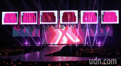 韓團最長壽偶像組合「神話」第5度來台開唱,出道20年晚間首次登上台北小巨蛋演出。六位神話歐爸穿橘紅色西裝,從空中的籠子帥氣登場,熟男電力電暈全場粉絲。