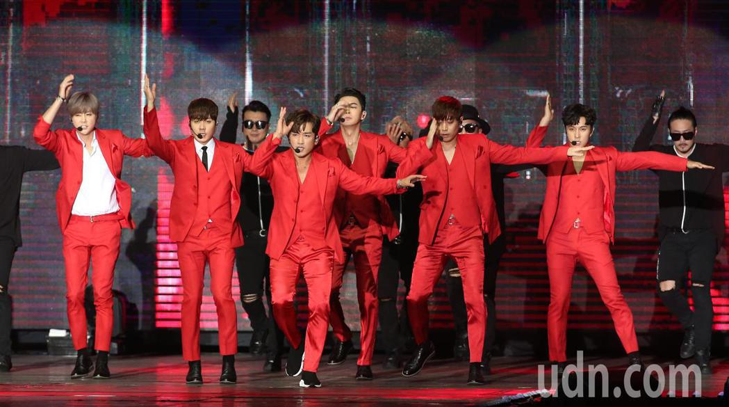 韓團「神話」第5度來台開唱,出道20年晚間首次攻蛋。記者林澔一/攝影