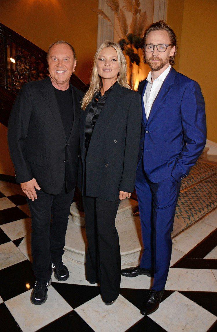 設計師Michael Kors、超模凱特摩絲和湯姆希德斯頓在MK晚宴合影。圖/M...