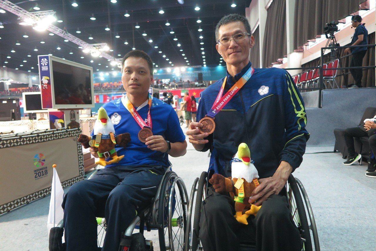吳振勝(右)與隊友殷建平合力摘下銅牌。記者毛琬婷/攝影