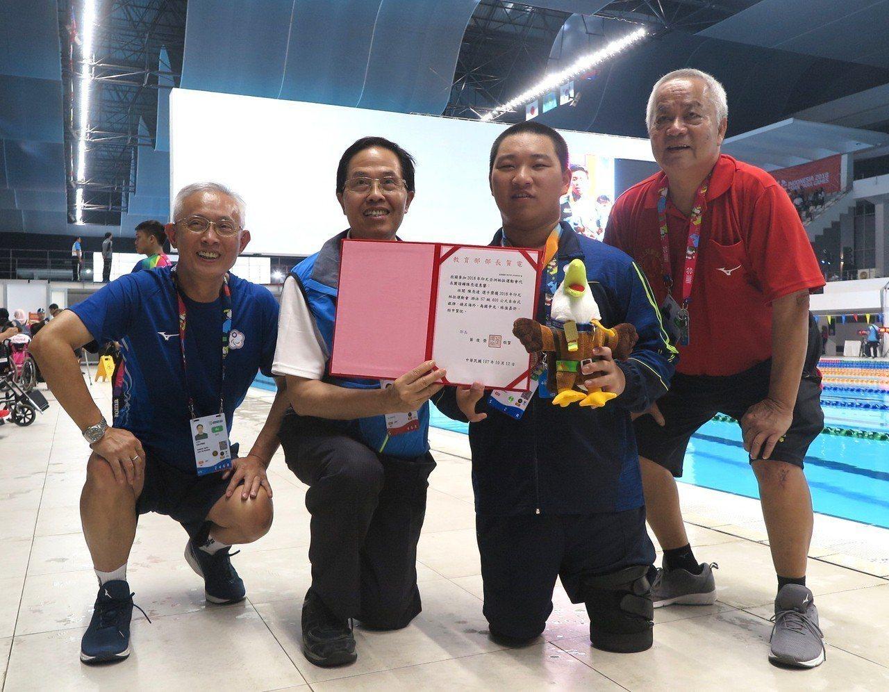 中華殘障總會顧問同時也是本屆亞帕運中華代表團總領隊沈啟賓(左)。 聯合報系資料照...