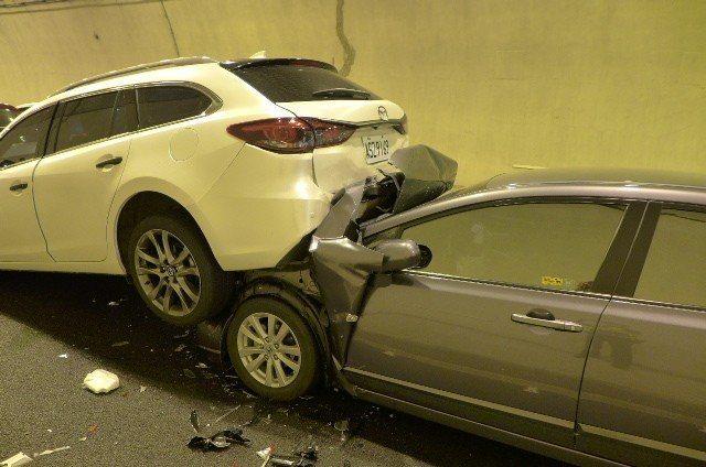 國道六號國姓一號隧道今天中午8輛自小客車追撞,其中一輛休旅車被後方轎車鏟起疊羅漢...