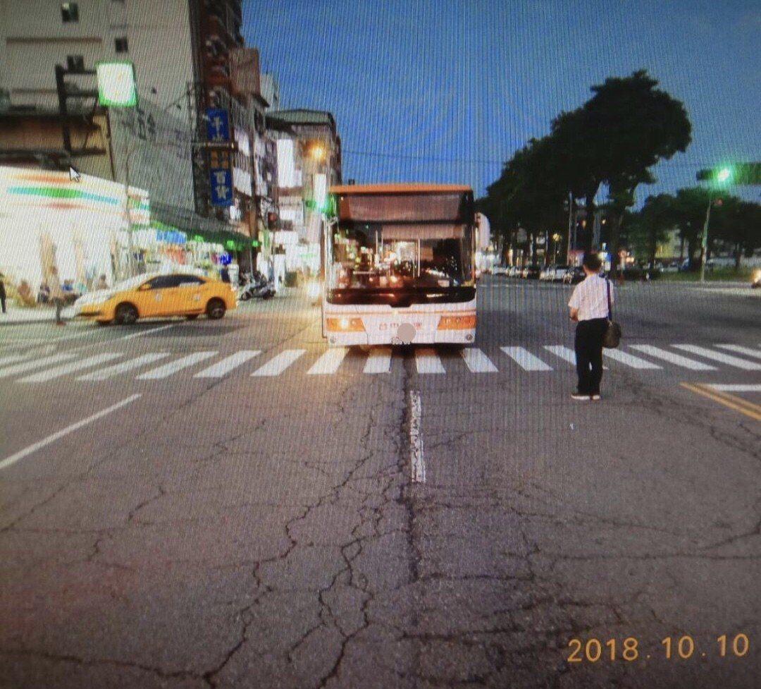 台中市東區自由三街、自由路口10日下午發生一起公車撞到婦人的事故,婦人送醫多日後...