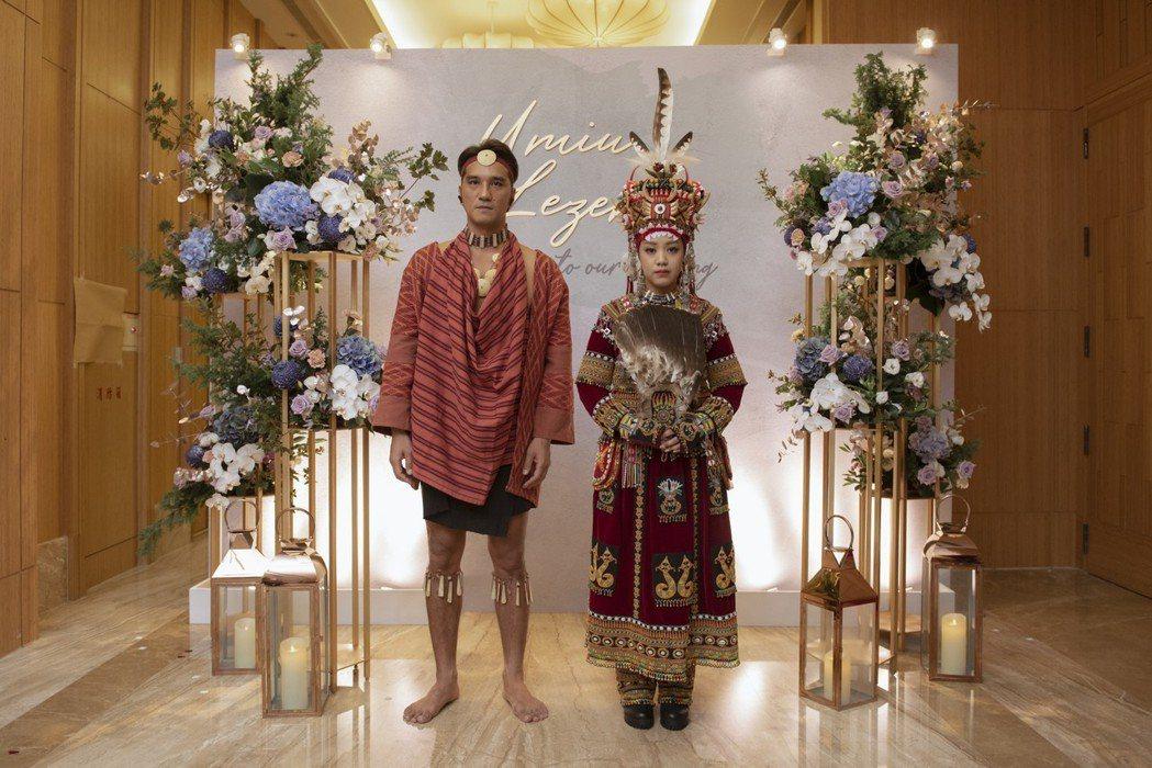 馬志翔和妻子盧悅婷在婚宴換回原住民服裝。圖/喜喜鵲影像工作室提供