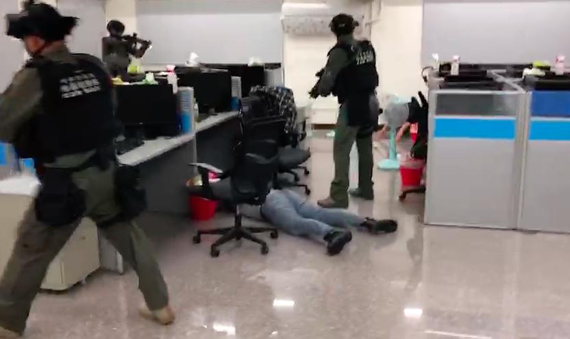 警方攻堅詐騙集團位於台中水房,持槍喝令成員趴下不准動。記者李承穎/翻攝