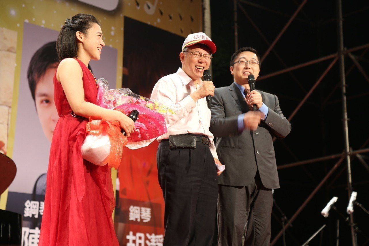 民國黨的台北市松山信義區議員徐世勳(右)一向被視為友柯議員,他今晚在民生公園舉辦...