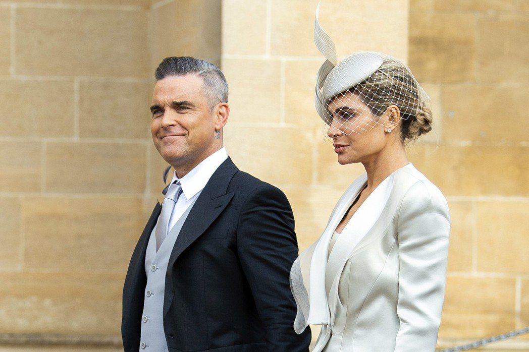 羅比威廉斯與妻子一起出席英國尤金妮公主的婚禮。(歐新社)