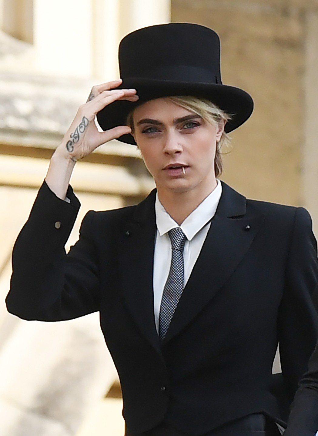 卡拉迪樂芬妮反其道改戴禮帽、扮作英國紳士,意外的帥氣。(歐新社)