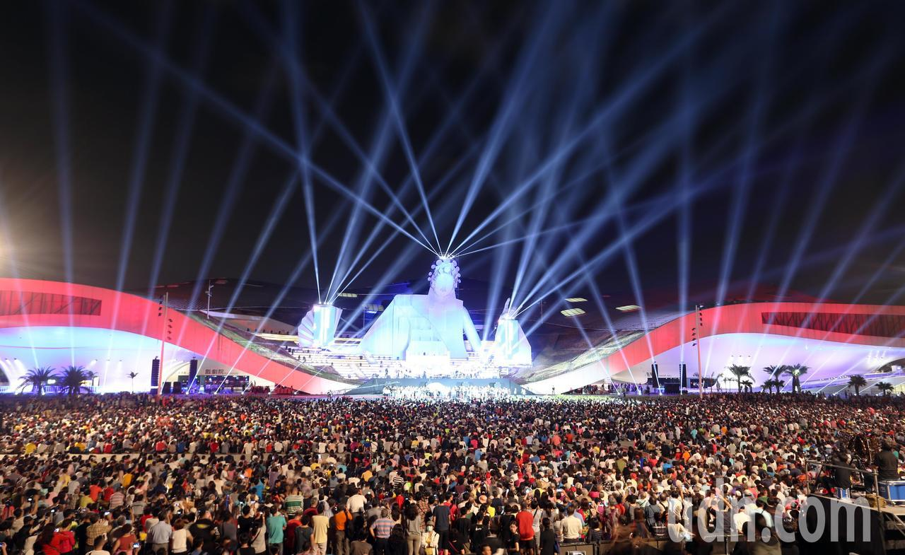 高雄衛武營藝文中心正式啟用,在戶外廣場吸引近萬人前來觀賞開幕表演。記者劉學聖/攝...