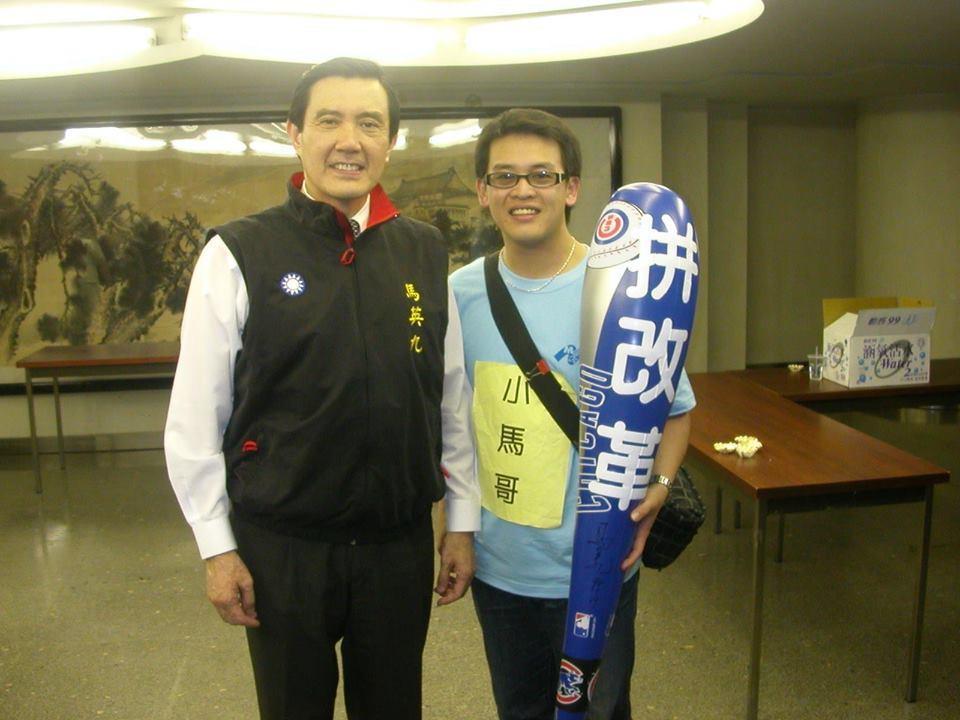 國民黨提名的苗栗縣議員參選人徐功凡(右),13年前是馬辦的青年軍成員,參與馬競選...