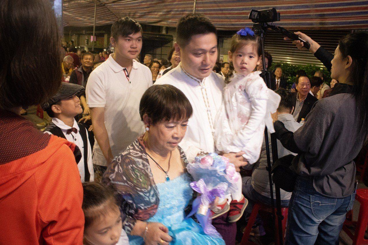 劉郭文清牽著73歲母親郭香雪一起步上舞台,今晚由他代替已故的父親陪母親走過紅毯。...