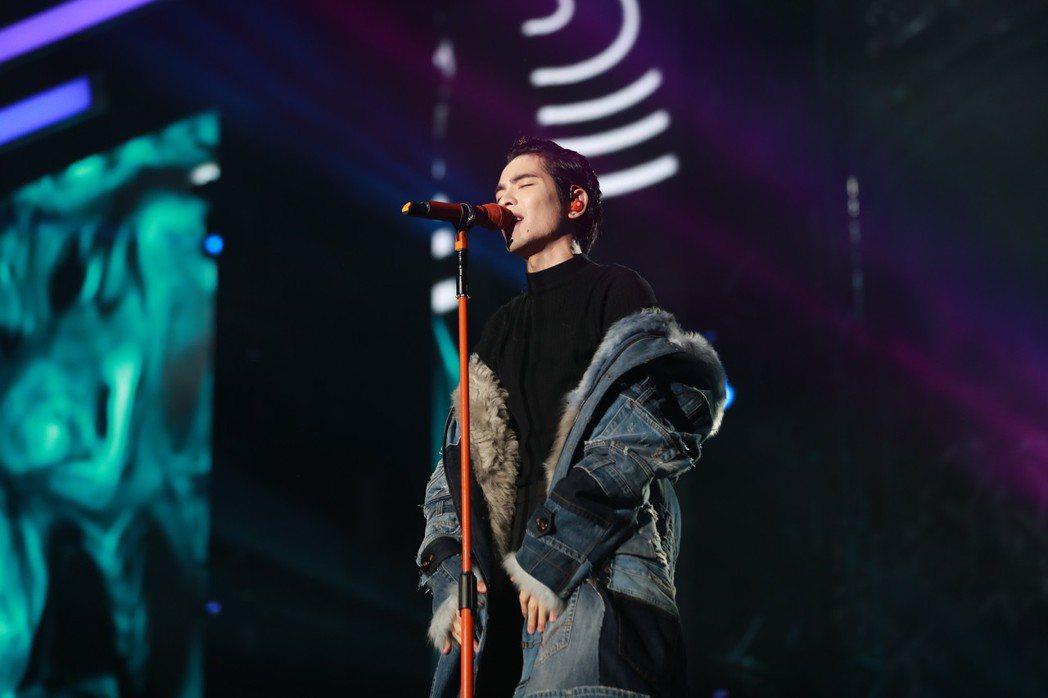 蕭敬騰演出前夕不慎拉傷背部。圖/華納提供
