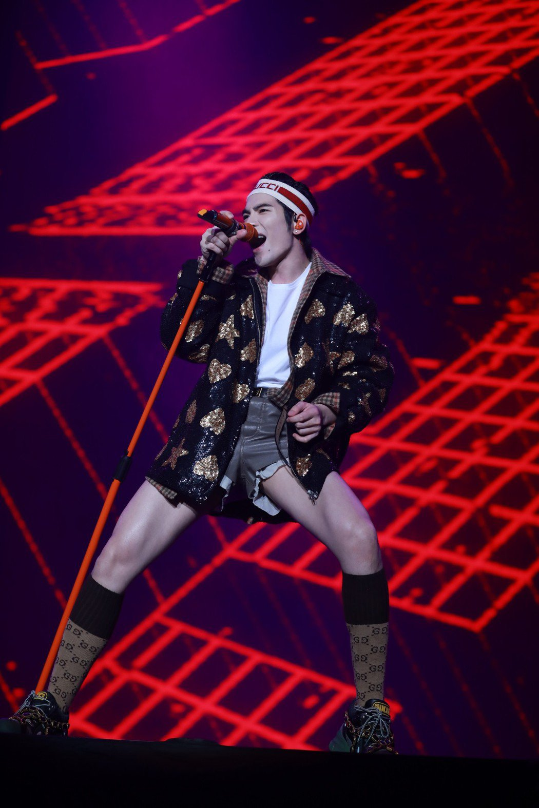蕭敬騰穿著短褲,秀出大腿肌肉線條。圖/華納提供