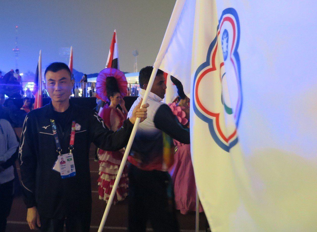 視障保齡球好手謝宗翰擔任中華隊閉幕式掌旗官。記者毛琬婷/攝影