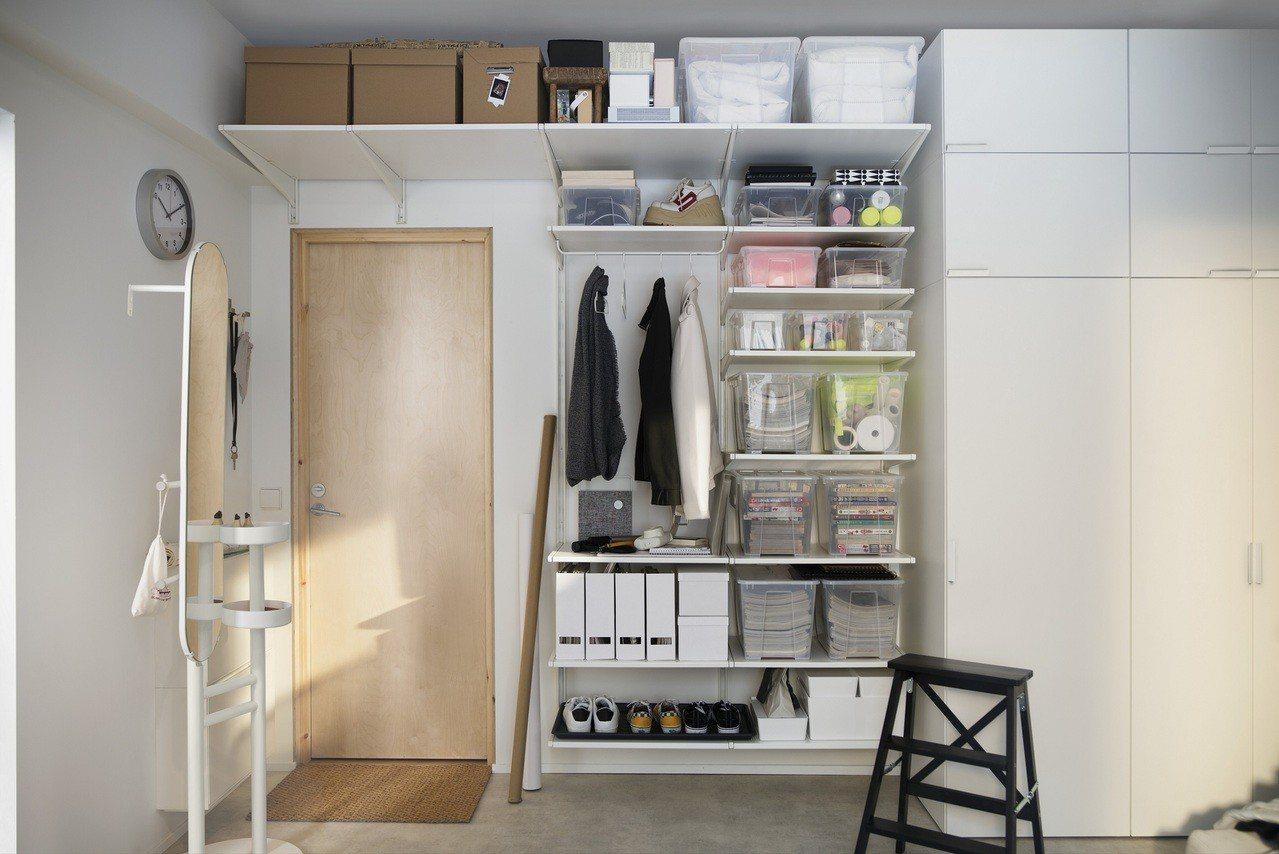 小空間的收納方式可依牆面向上延伸、統一收納盒種類,讓人有清爽整齊的視覺享受。圖/...