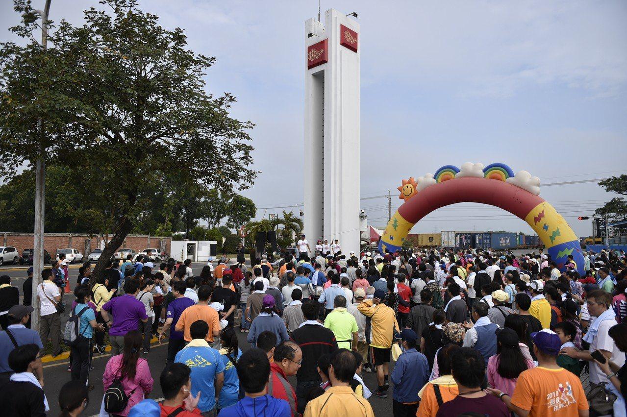 台塑企業新港廠鄉親、員工親子健行,吸引2千多人參加、場面熱鬧。圖/台塑企業提供
