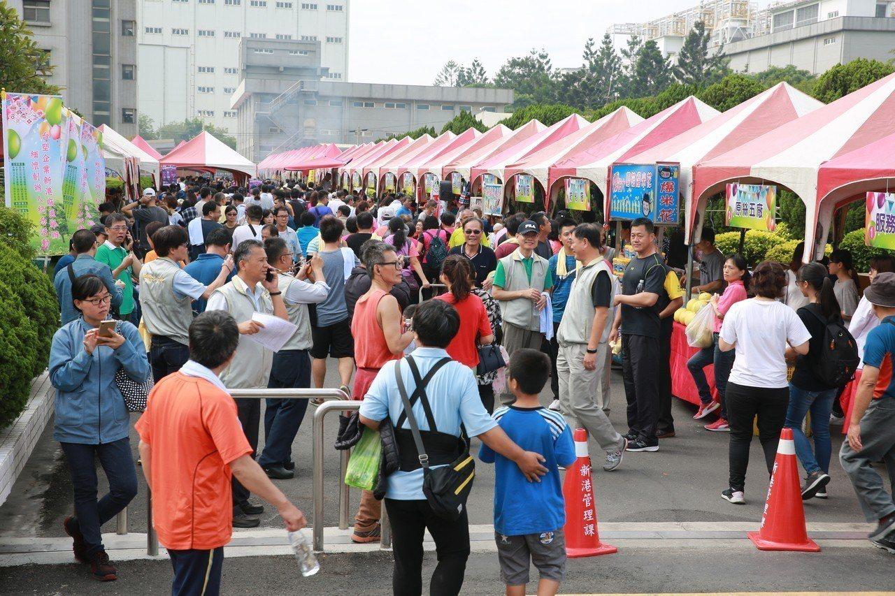 台塑新港廠昨天上午在廠區,舉辦「緬懷創辦人鄉親、員工親子健行暨園遊會」,吸引數千...