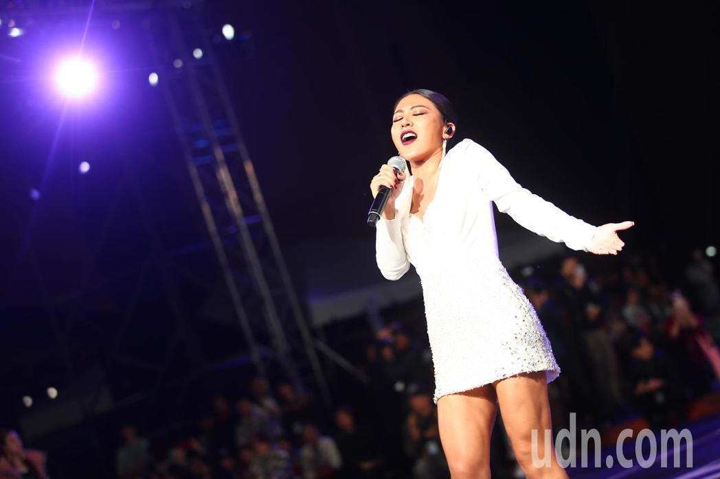 艾怡良在時尚大秀中獻唱。記者王騰毅/攝影