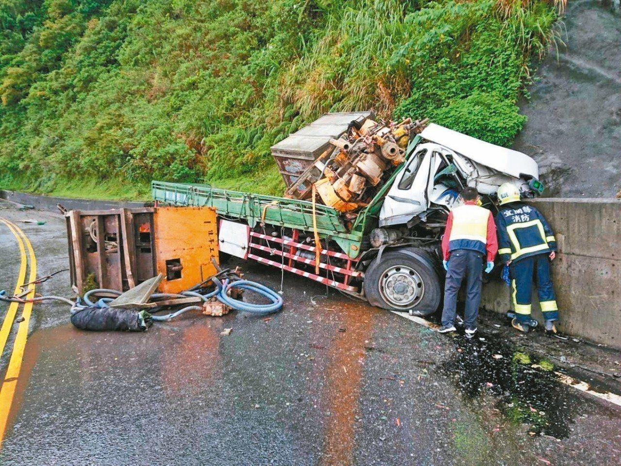 舊蘇花公路昨有大貨車滑撞山壁,張姓司機受困駕駛座,經4個多小時救援,成功救出。 ...