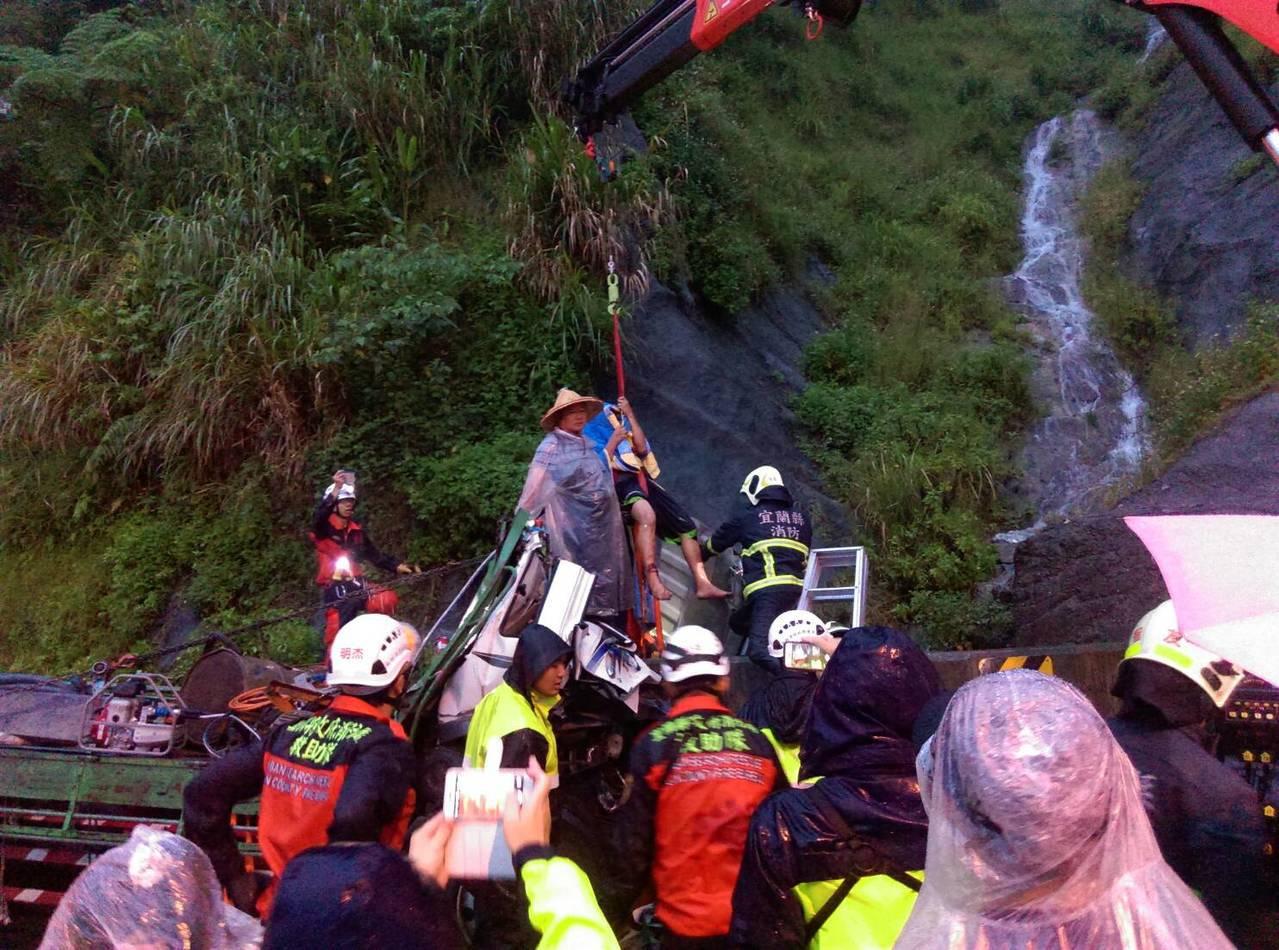經4個多小時的救援,宜蘭縣消防局成功救出張姓司機。 圖/警方提供