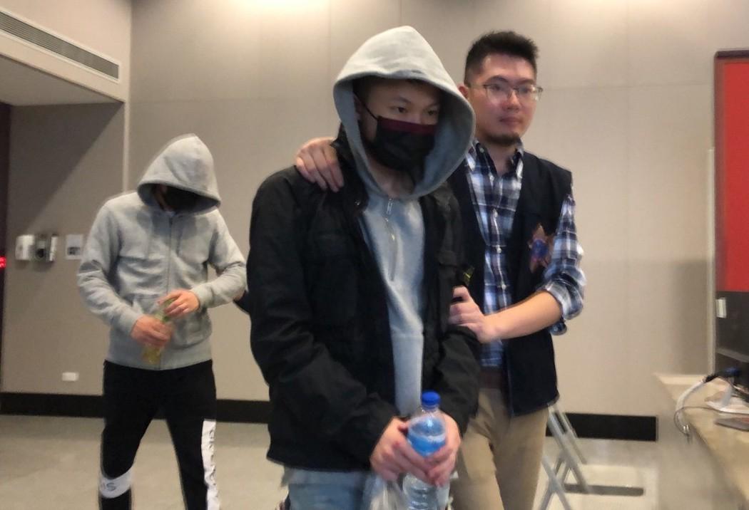 警方將謝亞軒(中)、黃佑呈(左)依殺人罪嫌送辦。 記者李承穎/攝影
