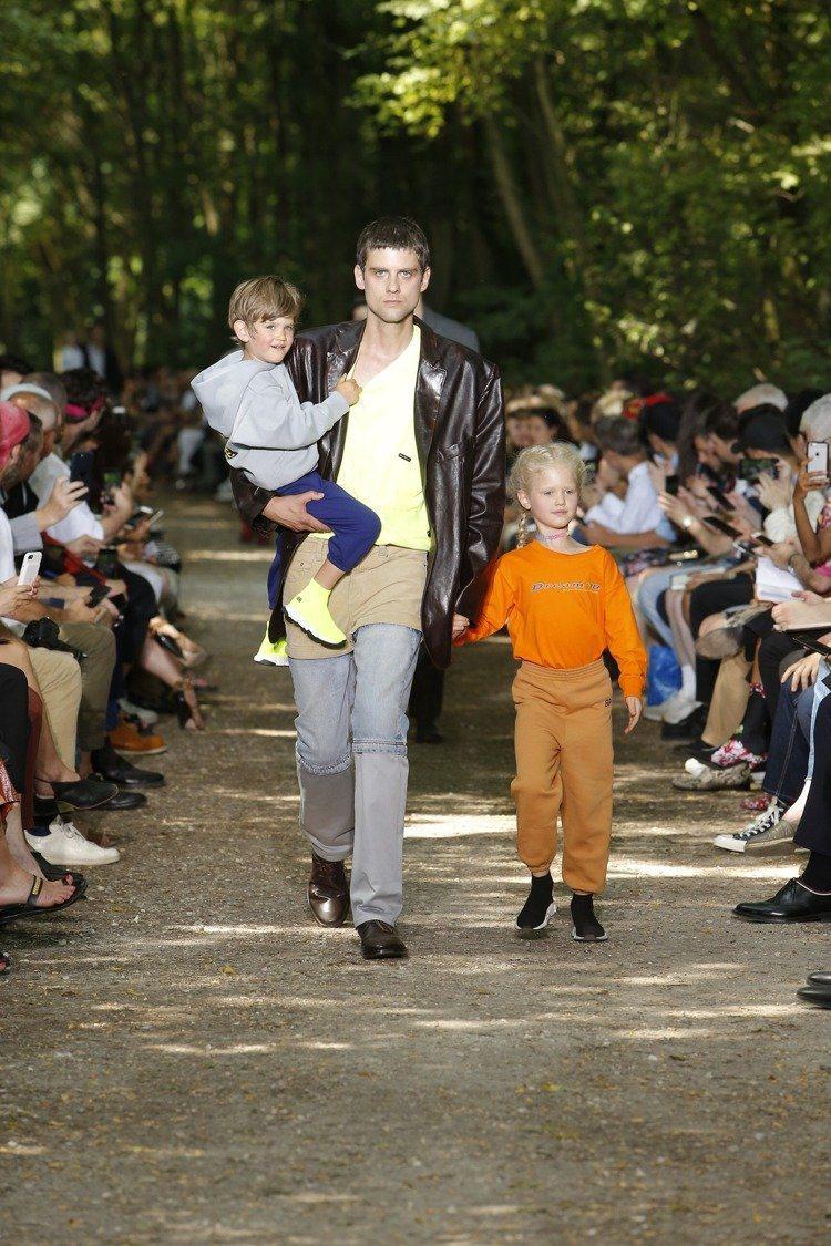 Balenciaga在2018春夏男裝大秀找來素人模特兒抱著小孩一起走秀。圖/B...