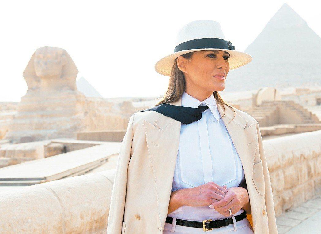 非洲美第一夫人訪埃及金字塔美國第一夫人梅蘭妮參觀埃及金字塔和人面獅身像,...