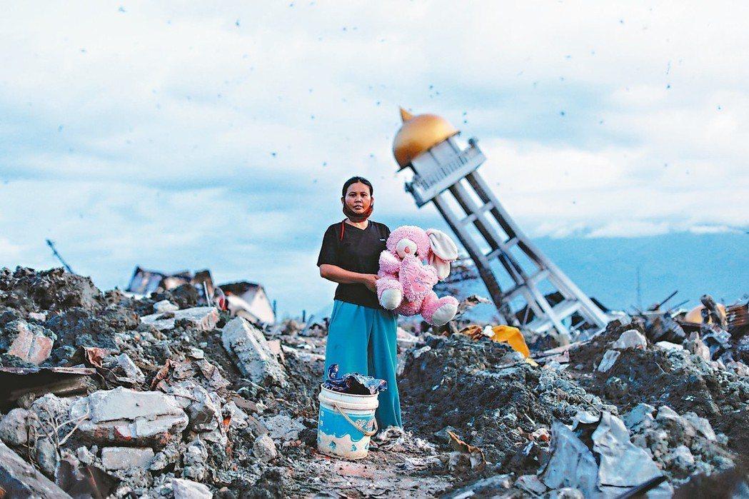 亞洲印尼婦女家破人亡 僅剩兔子玩偶一名印尼蘇拉威西島婦女抱著她從被地震震...