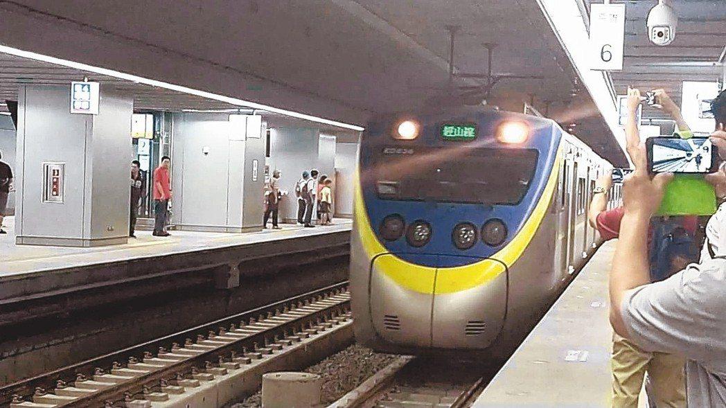 高雄新車站今啟用,不少人在新月台搭車。 記者蔡孟妤/攝影