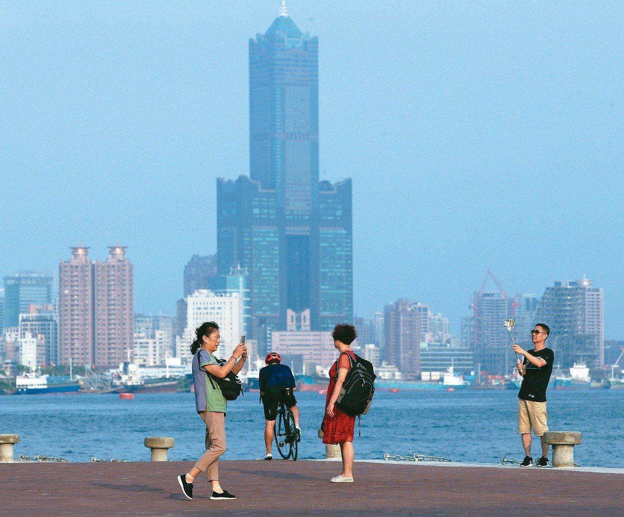 各地早晚溫差大,民眾出門應適時添加衣物。 圖/聯合報系資料照片