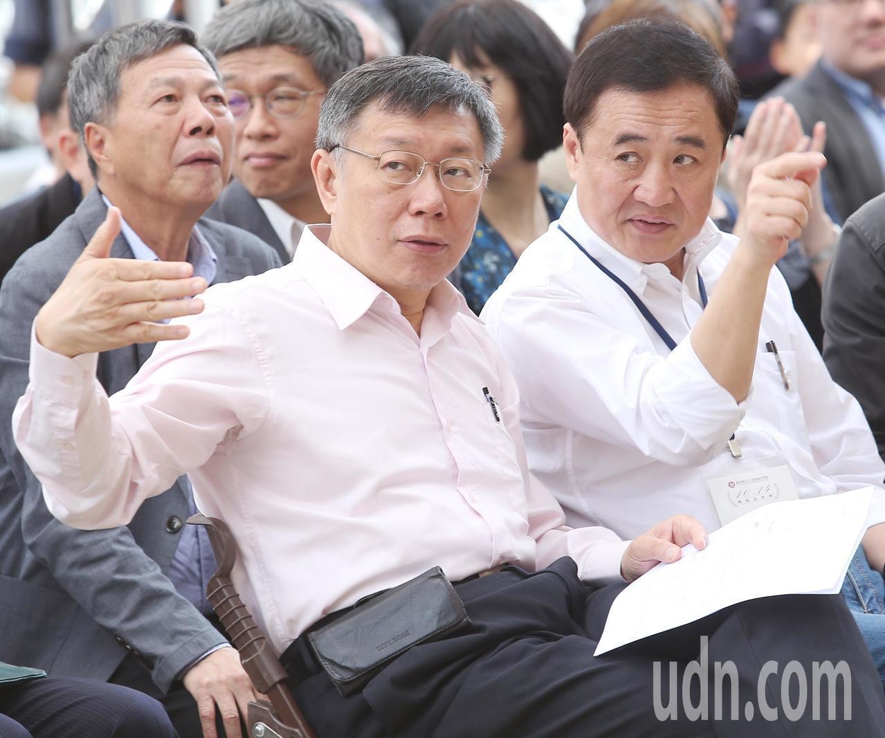圖為台灣新文化運動紀念館開幕活動上午舉行,台北市長柯文哲(左)與副市長陳景峻(右...