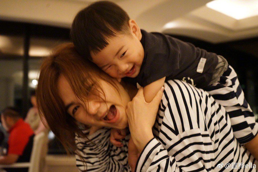 Ella與兒子勁寶。 圖/擷自Ella微博