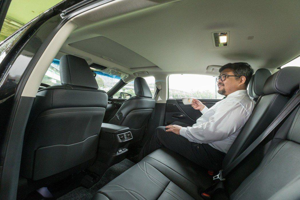 寬敞舒適的後座搭配上寧靜的駕馭過程,讓移動過程成為一種享受。 記者陳立凱/攝影