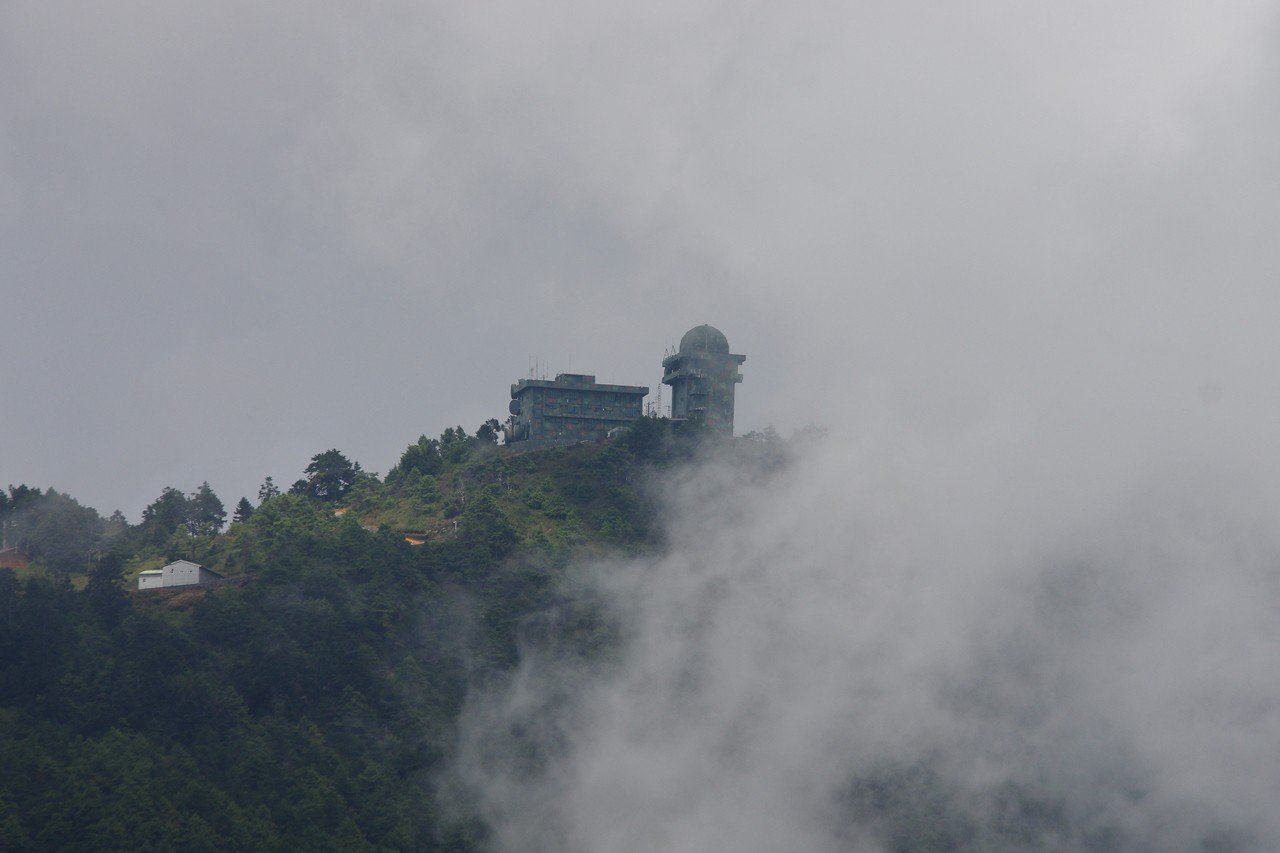 由觀景台遠眺雲霧繚繞的小雪山雷達站。記者程嘉文/攝影