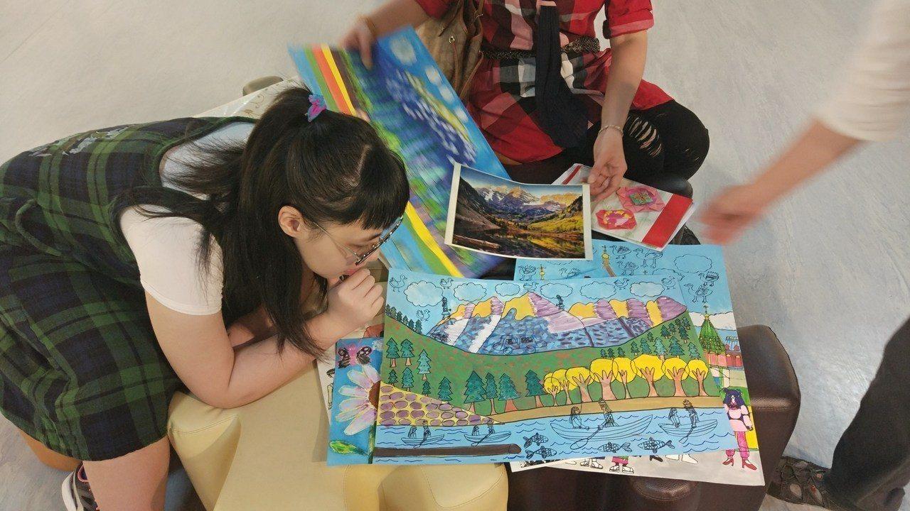 因罹患自閉症從小鮮少說話的國中生許佳琪,從小雖然喜愛畫畫,因家中父親中風、母親為...