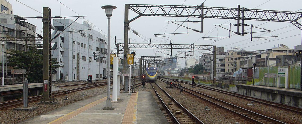 火車從地平面那端慢慢開進火車站的景象,高雄火車站看不到了。記者楊濡嘉/攝影