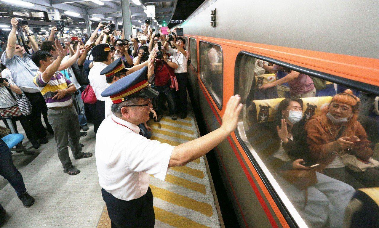 13日晚間10時27分台鐵高雄火車站平面鐵道最後一列火車開出,14日起即展開地下...