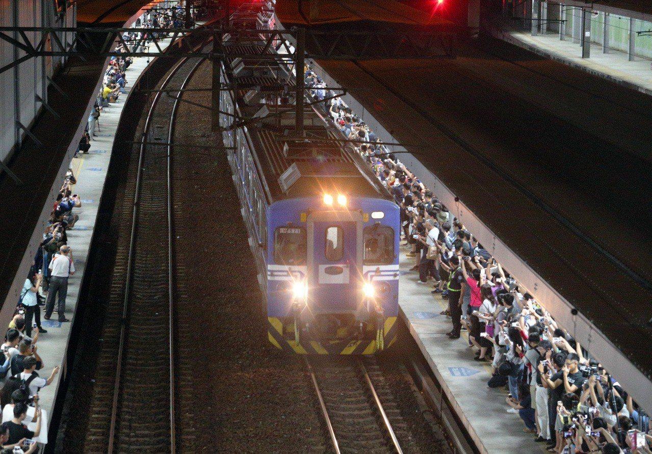 台鐵高雄火車站地面車站月台最後一夜,吸引上千人前往拍照、攝影留作紀念。記者劉學聖...