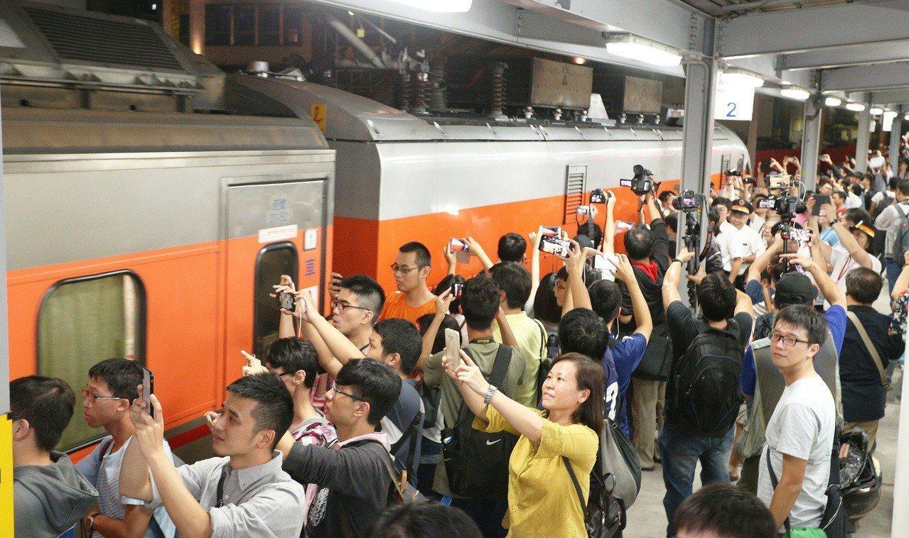 台鐵高雄火車站地面月台要拆除了,很多人趕到月台拍照留念。記者劉學聖/攝影