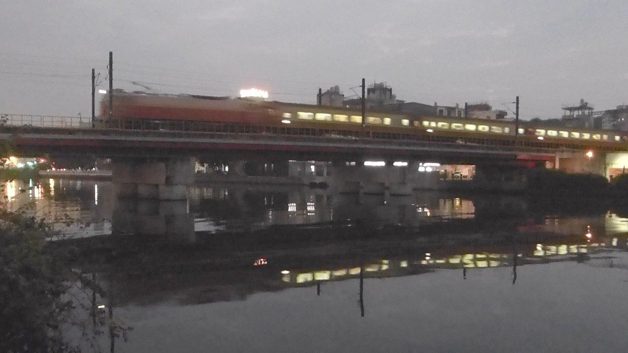 高雄鐵路地下化之後,愛河上再也看不到列車轟隆駛過及水中的列車倒影。記者楊濡嘉/攝...