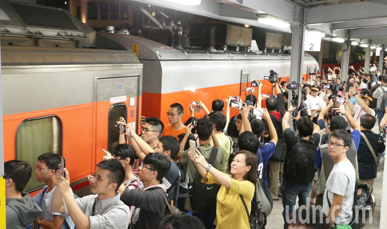 大批鐵道迷在最後列車啟動離開時拿起相機快門按不停,向最後一班列車說再見。記者劉學...