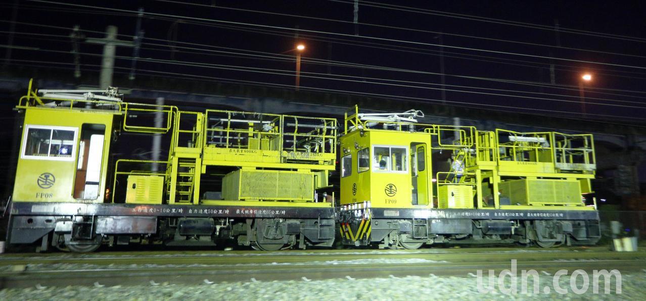 台鐵工程人員加班整備進行左營地下化軌道切換作業,要趕在天亮前把平面軌道順利切換到...