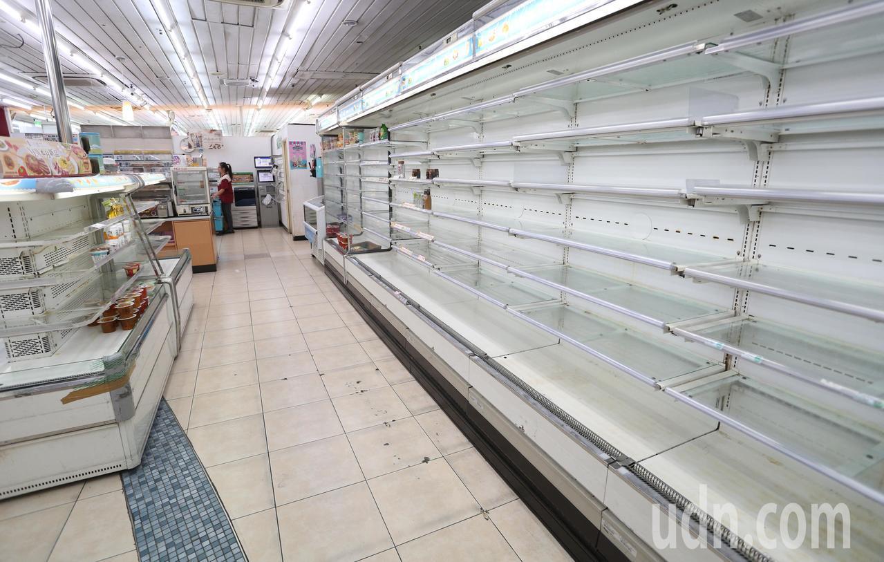 高雄車站內的超商貨品已經搬遷一空
