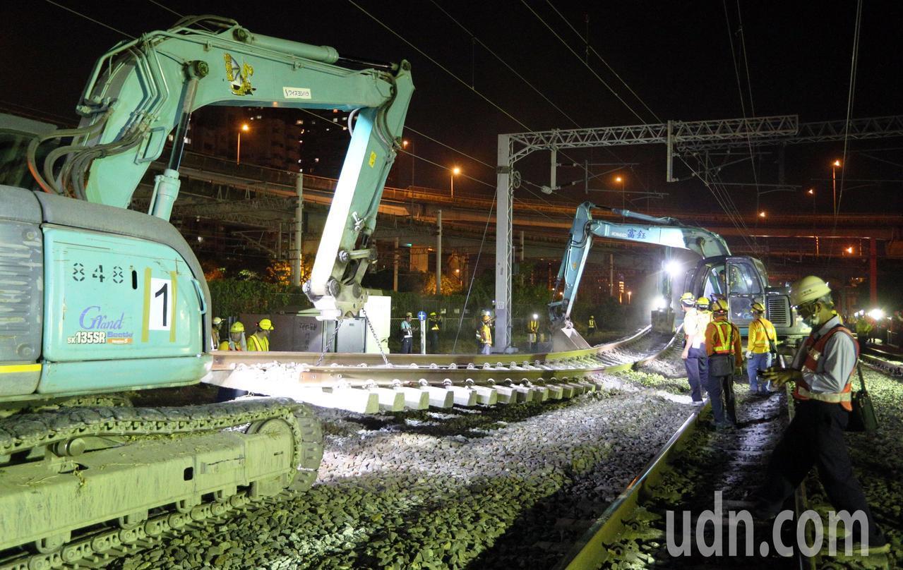 送走最後一班列車後,台鐵工程人員深夜仍加班整備進行左營地下化軌道切換作業,大批工...