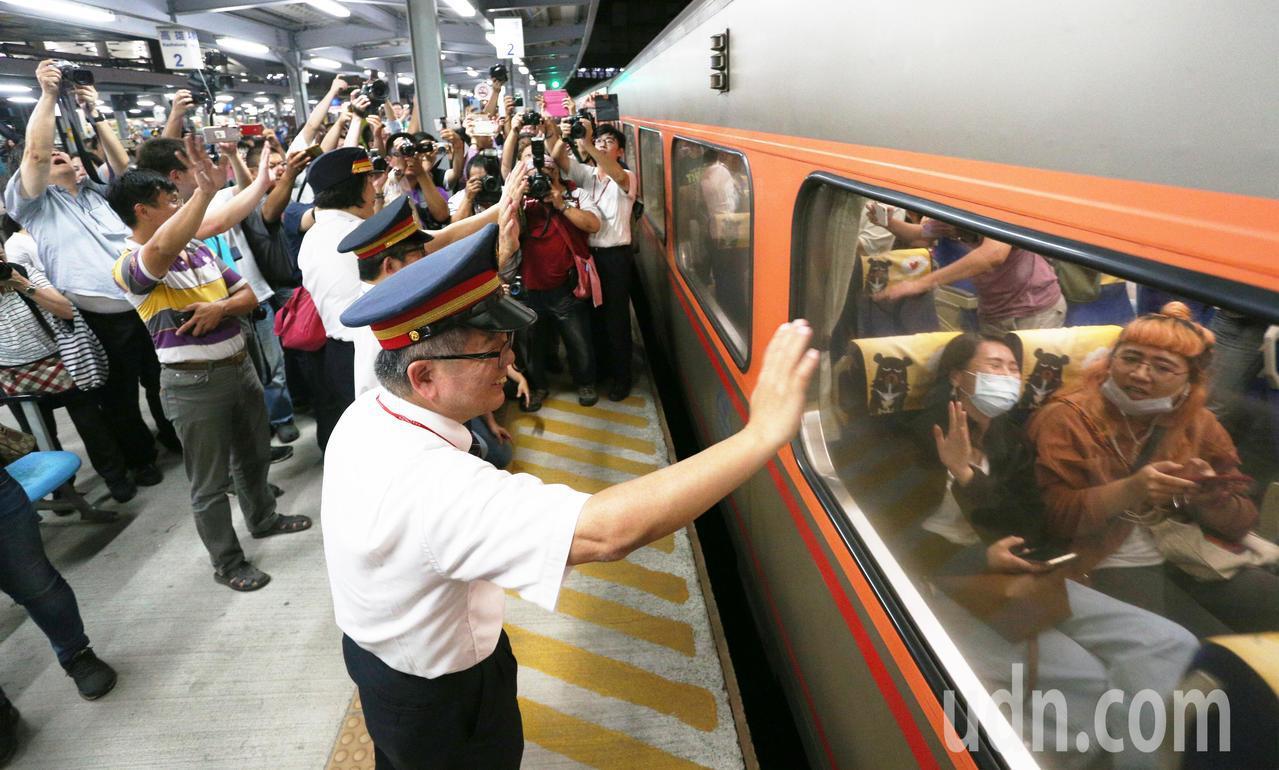 高雄車站臨時站歷任站長走上月台,在最後列車啟動離開時,站長們與鐵道迷一起揮手、向...