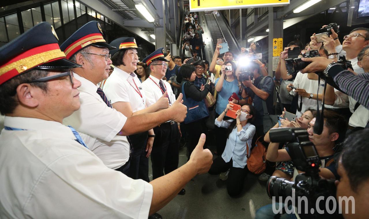 高雄車站臨時站歷任站長走上月台,吸引鐵道迷拍攝。記者劉學聖/攝影